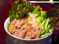 [食べ物]揚げ春巻きがのったビーフン
