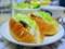 バルク・エキメッキ(サバサンド)、ベビーリーフやチーズなどのサラダ