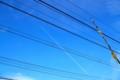 [風景写真]電線と飛行機雲