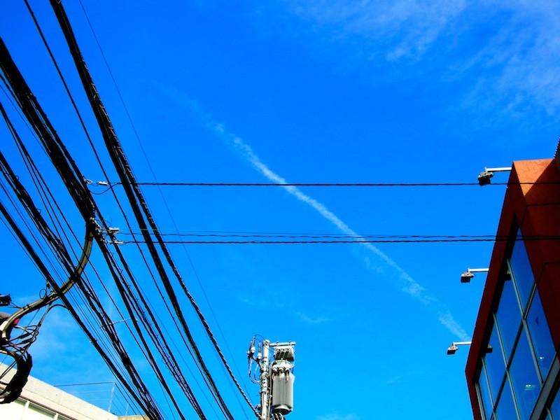 電線と飛行機雲