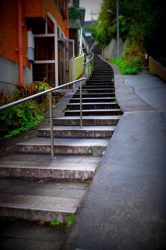 成田の表参道と電車道を繋ぐ階段