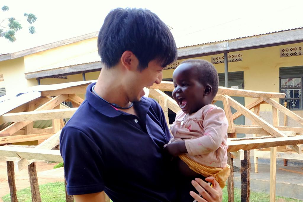 ウガンダの元少女兵が連れて帰ってきた子どもと