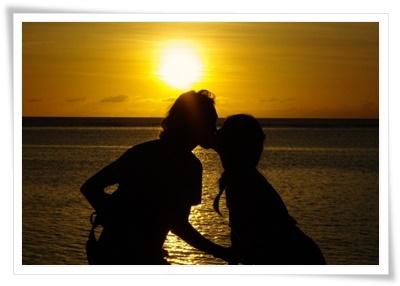 キスしているカップルの画像
