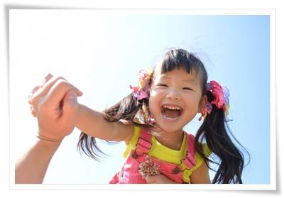歯並びがよく笑顔のかわいい女の子