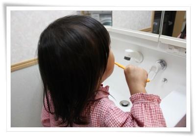 小学生の女の子歯磨き