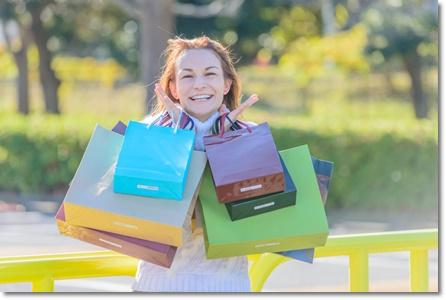 セール中にたくさんの買い物をした女性