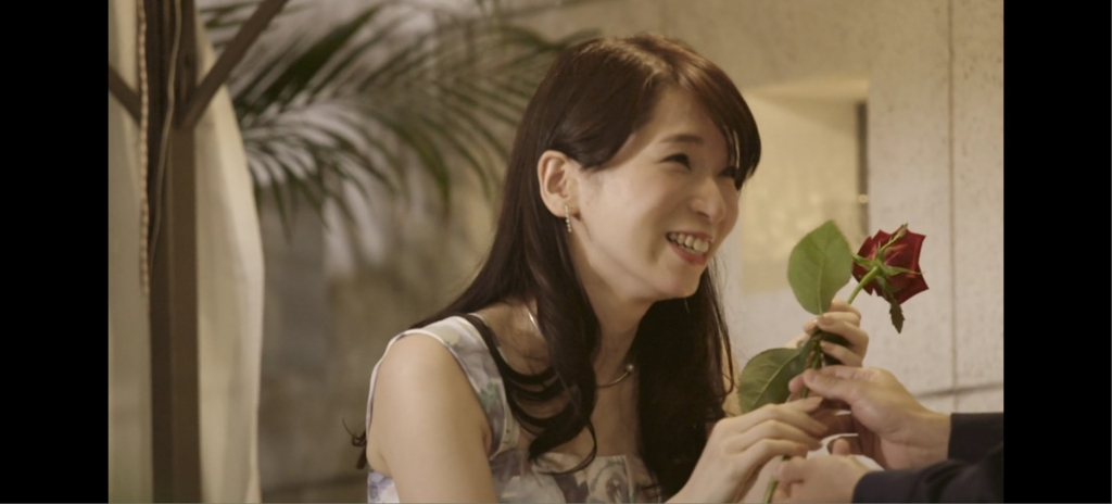 鶴愛佳さん、薔薇を受け取る