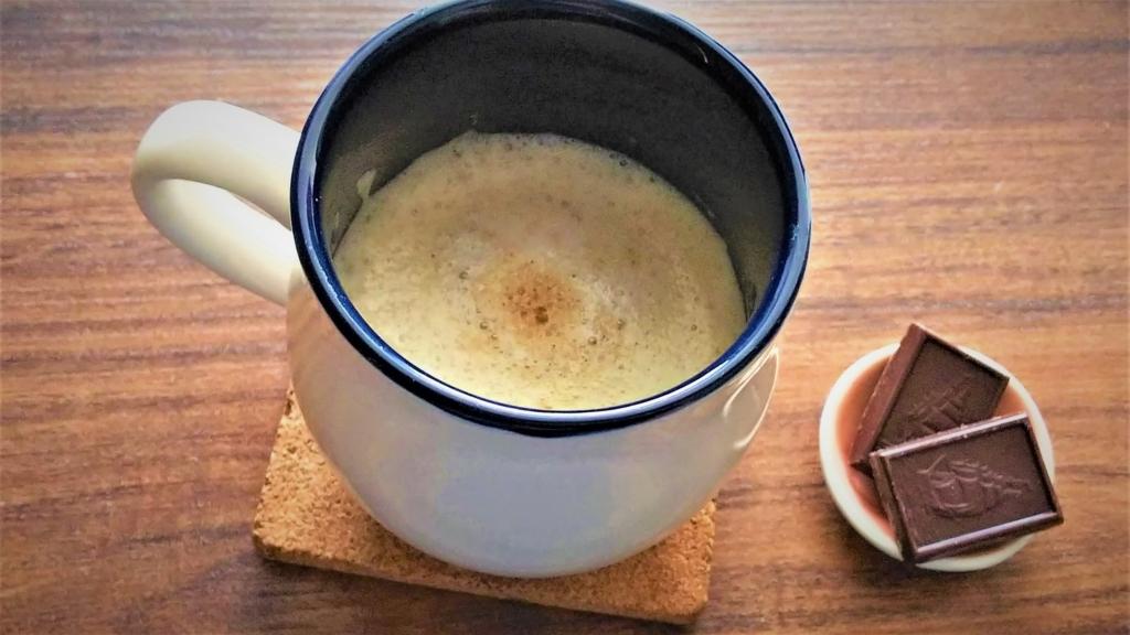 ほうじ茶カプチーノとチョコレートの画像