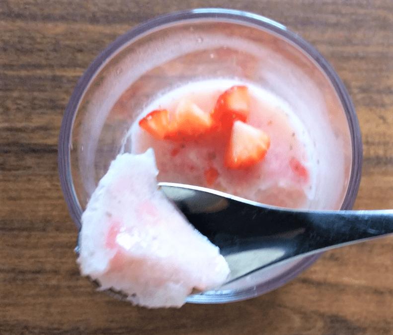 いちごミルクゼリーを食べる画像
