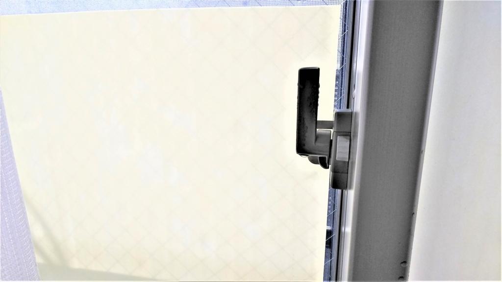 100均ダイソーの結露防止シートを貼った窓