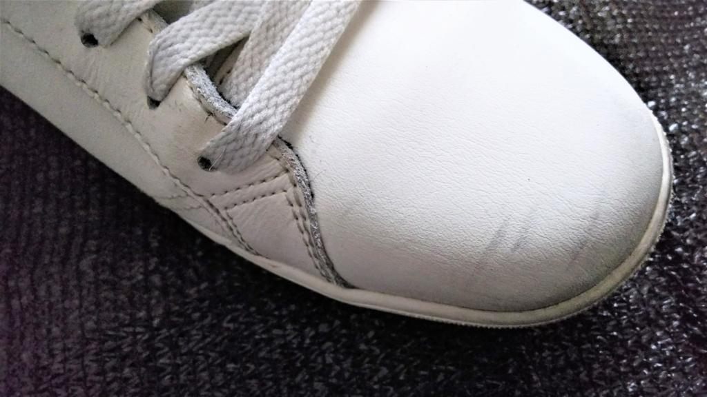 スニーカー表面の汚れの画像