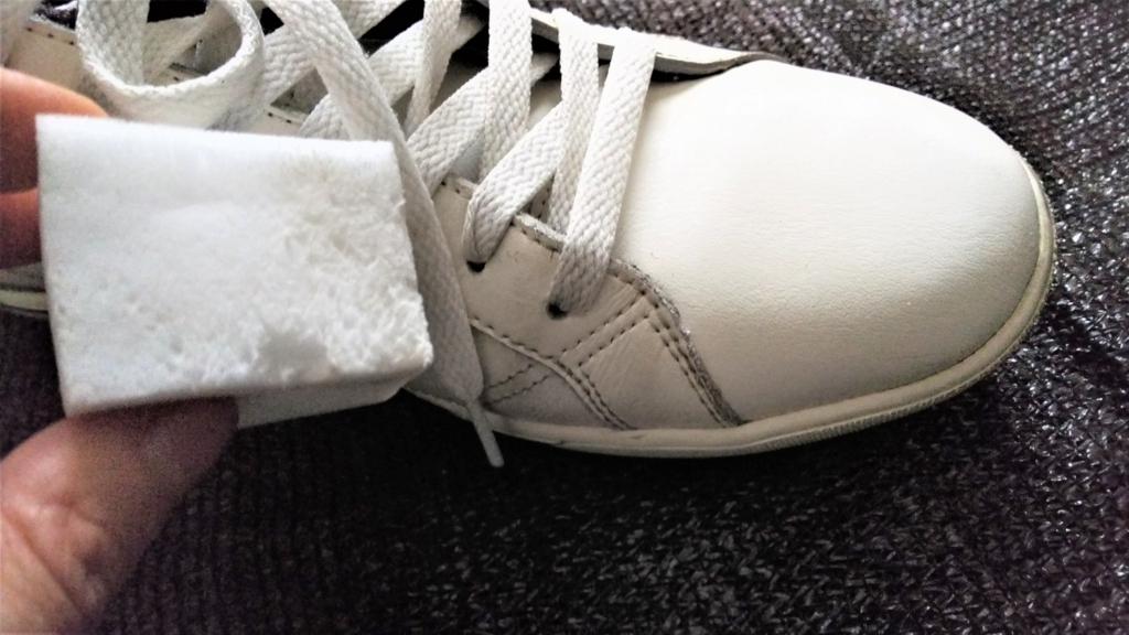 メラミンスポンジと白いスニーカーの画像