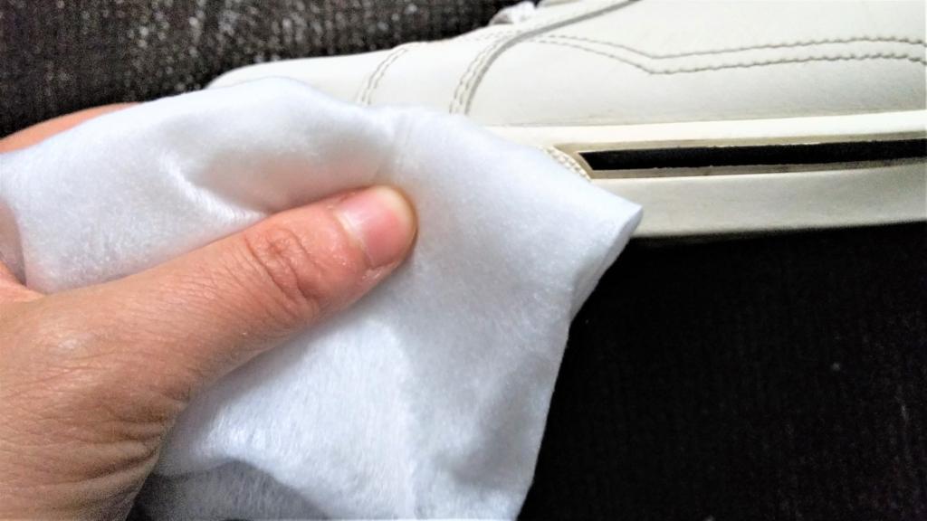 フローリングドライシートでスニーカーを拭く画像