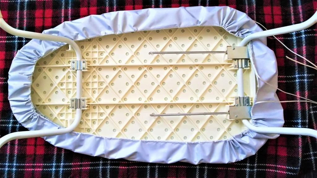 ダイソーのアイロン台カバーを装着したニトリのアイロン台の画像