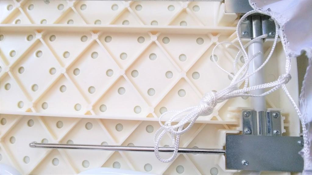 アイロン台カバーの紐を短めに結んだ画像