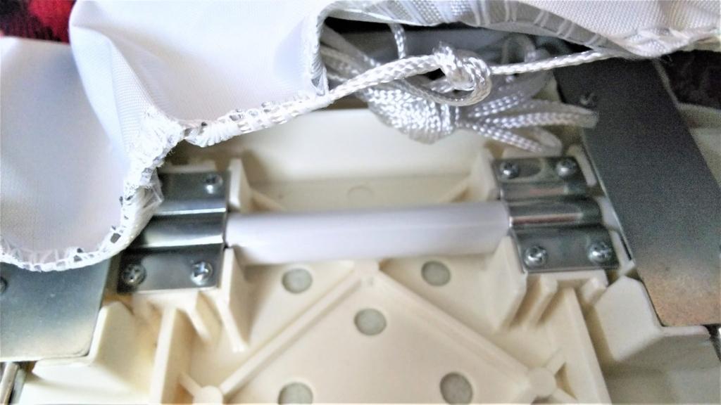 アイロン台カバーの紐を内側に収納する画像