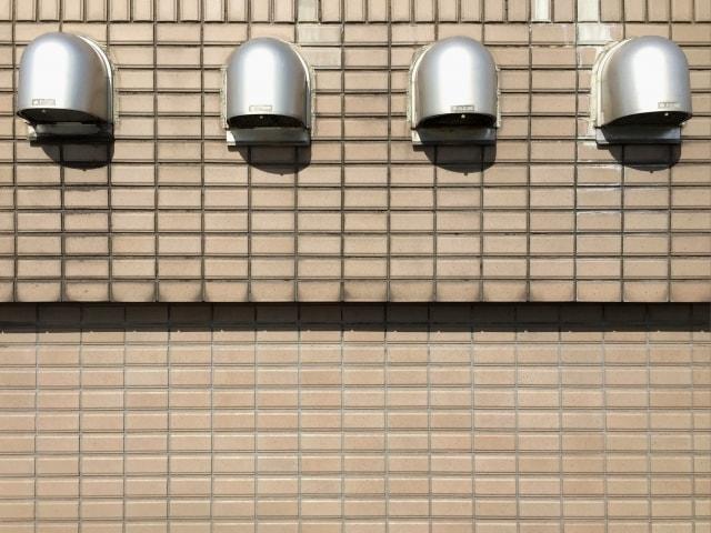 アパート外壁の換気口の画像