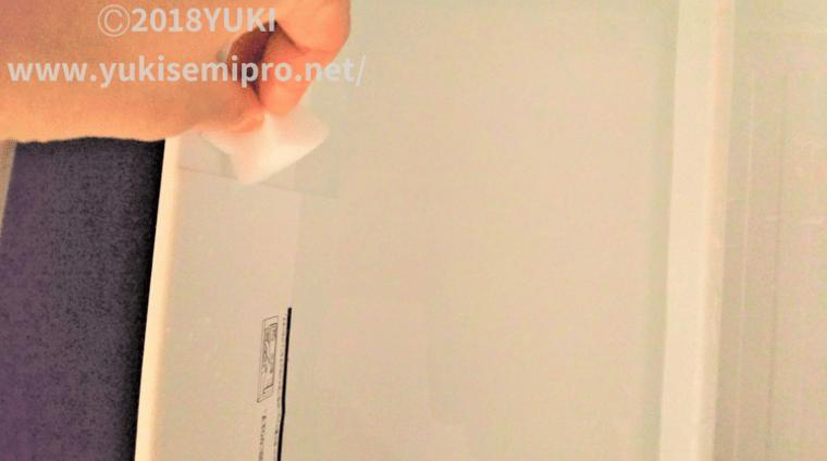冷凍庫の氷ストック部分をスポンジで洗う画像