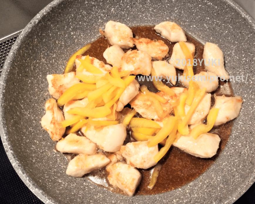 鶏胸肉とパプリカに照り焼きタレを絡めて焼く画像