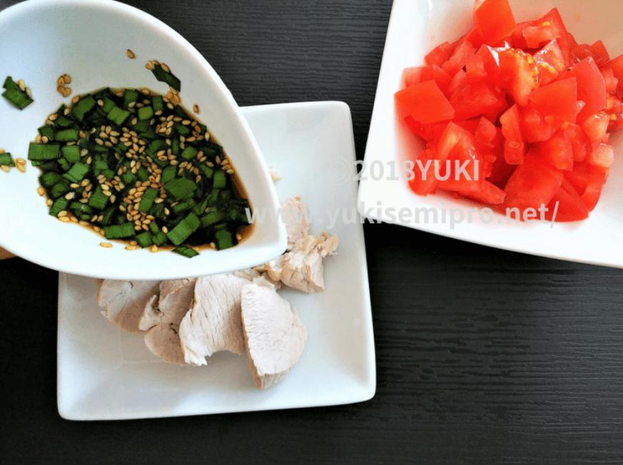 ゆで豚にニラソースをかける画像とカットトマト