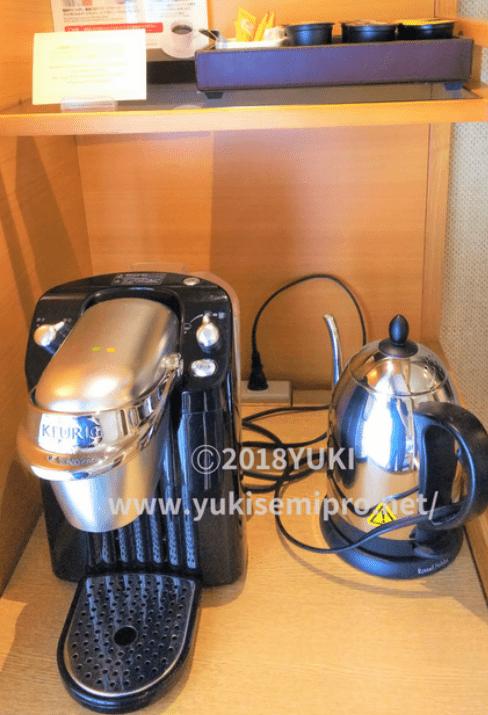 カプセル式コーヒーマシンと電気ポットの画像