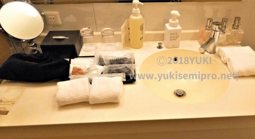 庭のホテル東京の洗面台とアメニティの画像