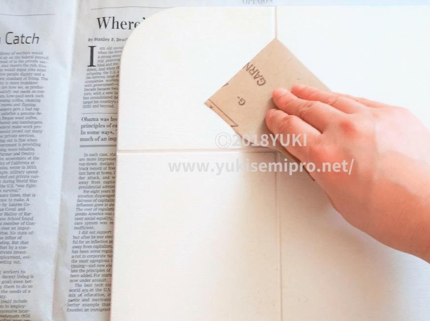 珪藻土バスマットを紙やすりでお手入れする画像
