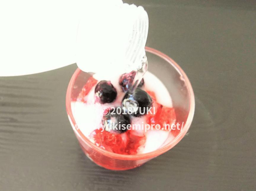 紫陽花ゼリーに炭酸水を注ぐ画像