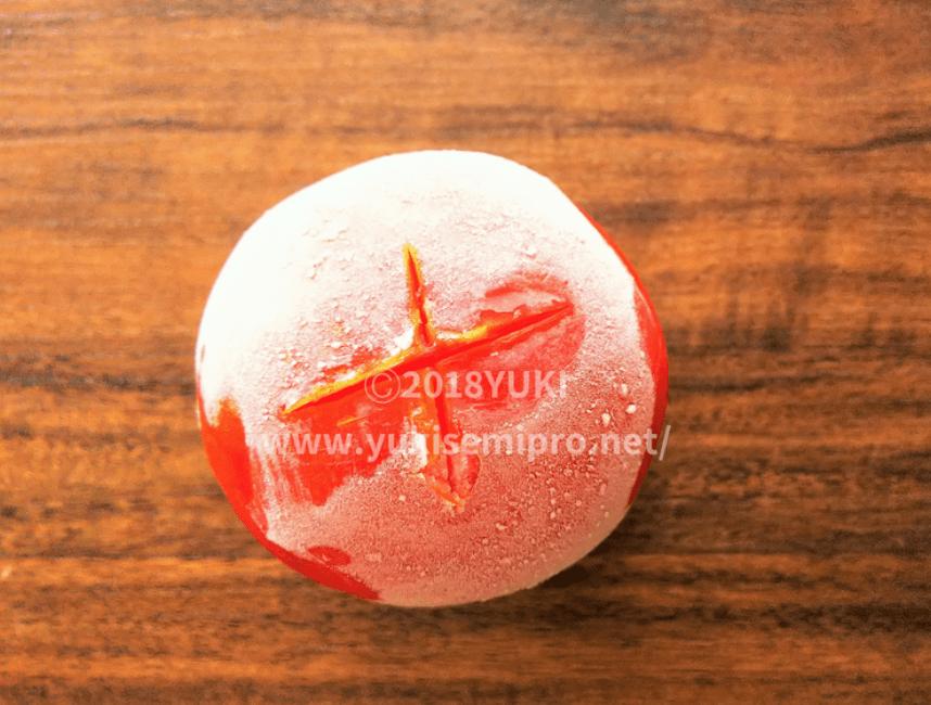 十字に切り込みを入れた冷凍トマトの画像
