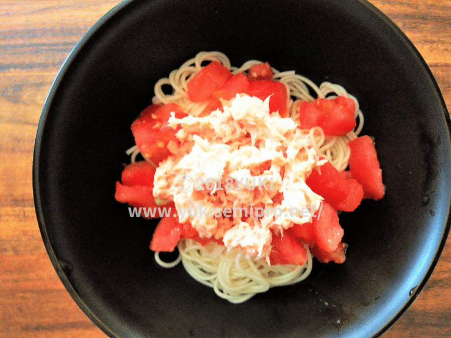 そうめんに冷凍トマトとツナを乗せた画像