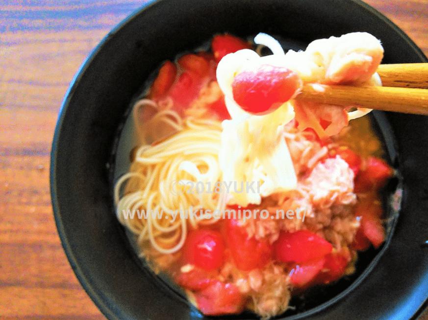 冷凍トマトそうめんを食べる画像