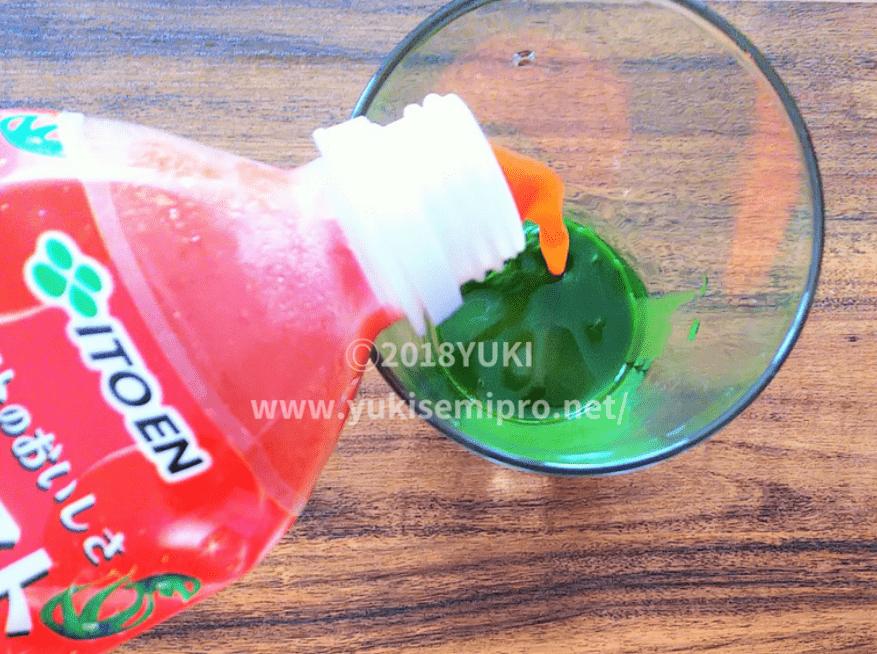 解凍したファンケル濃縮野菜にトマトジュースを注ぐ画像