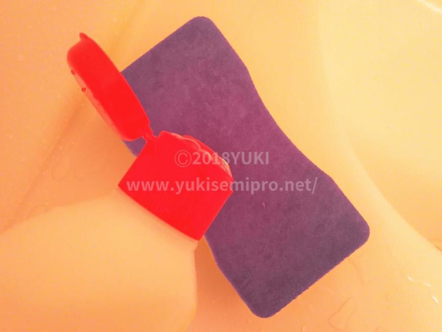 ダイソーのバススポンジに中性洗剤をつける画像
