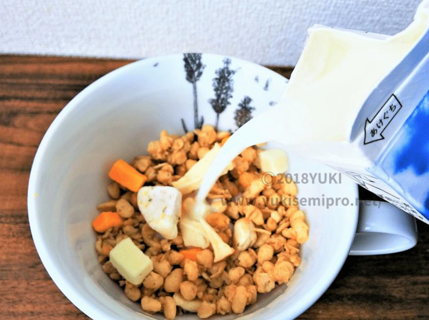 ごろっとグラノーラフルーツヨーグルトに牛乳をかける画像