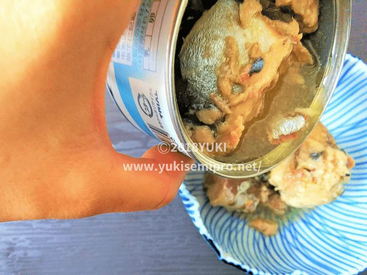 サバ缶の汁を皿に入れる画像
