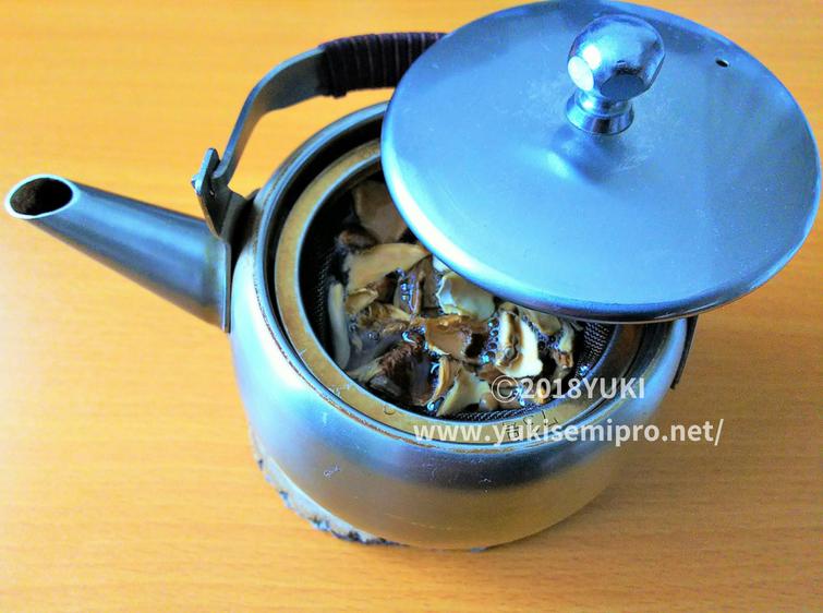 舞茸茶を急須で淹れる画像