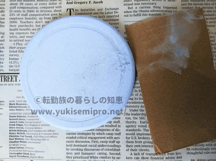 珪藻土コースターと紙やすりと削りカスの画像