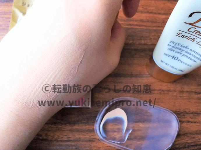 ダイソーのジェルパフでBBクリームを肌に塗る画像