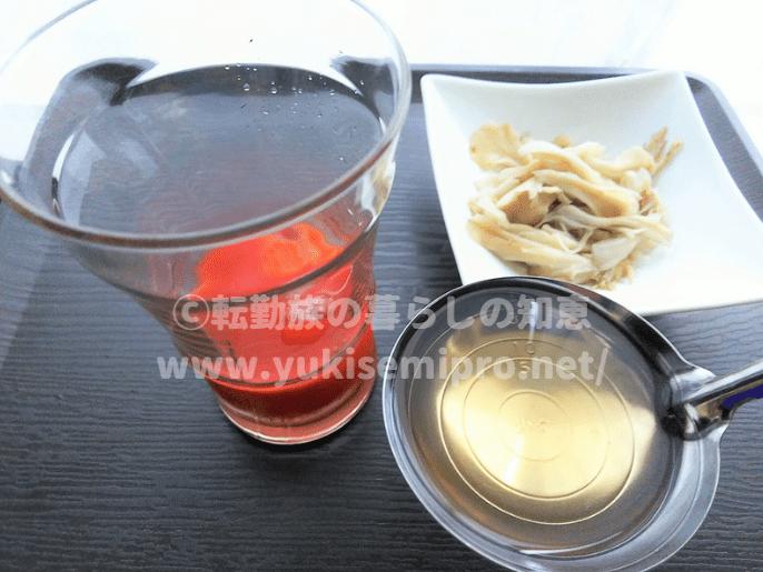 冷たいトマトジュースに舞茸茶を混ぜる画像