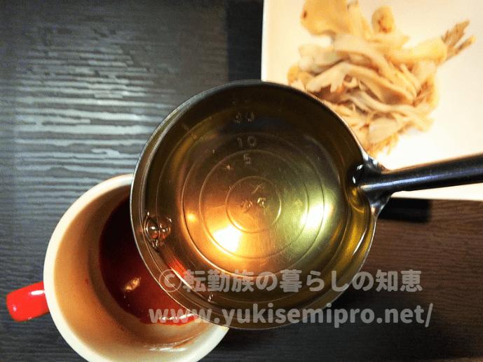 ホットトマトジュースに舞茸茶を混ぜる画像