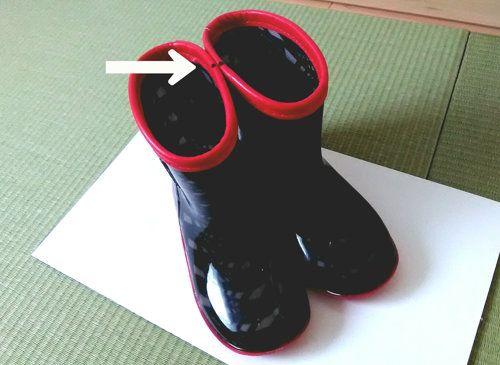 こども用の黒い長靴。目印つき