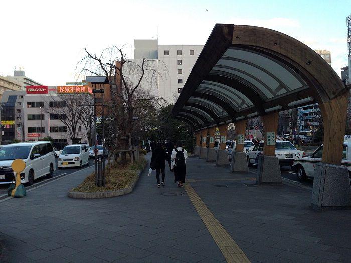 シャトルバス乗り場までのアクセス方法、道なりに進む