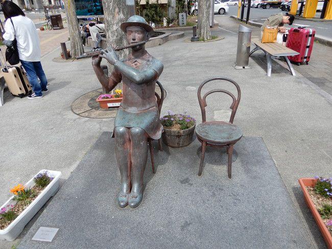 湯本駅の外でも椅子があったり足湯があったりして待つことができます