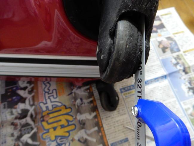 スーツケースのキャスターの修理方法3、とっても苦痛なボルト削り開始