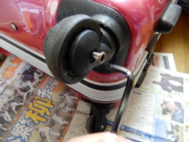 スーツケースのキャスターの修理方法4、切断できたら中のナットを抜く
