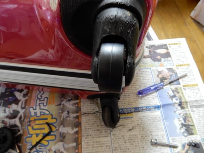 スーツケースのキャスターの修理方法5、キャスターを取り付けるが、回転が鈍い