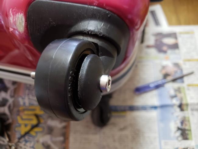 スーツケースのキャスターの修理方法7、ボルト、ナット、タイヤをはめて修理完了