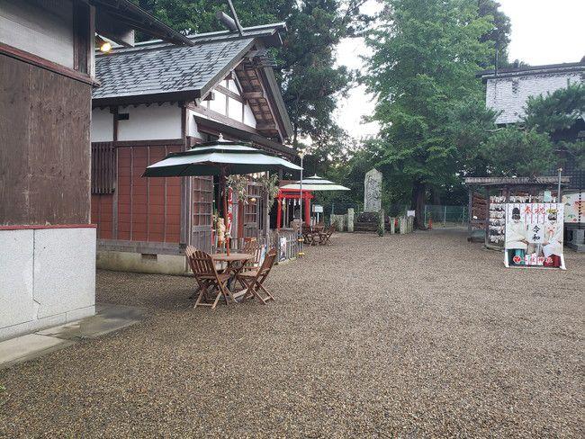 二柱神社にはオシャレなカフェに置いてあるようなテーブルが置いてある
