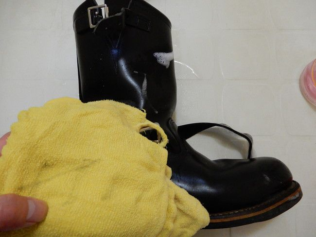 レッドウィングの洗い方手順の説明5.タオルを水でぬらし洗剤をふき取る