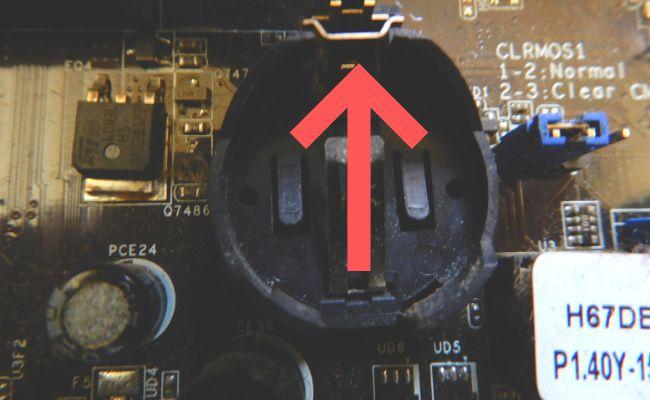 BIOSのボタン電池はバネがついているタイプは、バネを押しながら外します